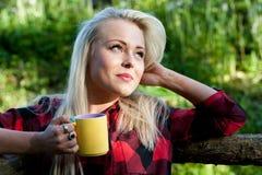 Boire blond de fille de beau pays Image libre de droits