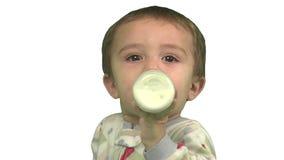Boire d'enfant en bas âge banque de vidéos