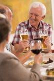 Boire d'une bière avec des amis Image libre de droits