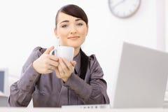 boire de coffe de femme d'affaires Images libres de droits
