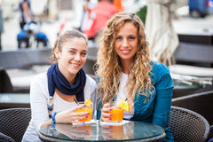 Boire de deux filles Photographie stock