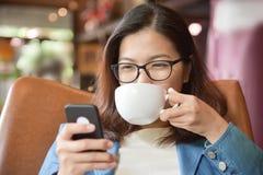 Boire de femme chaud du café Image libre de droits