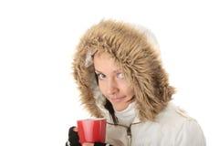 Boire de l'adolescence de fille de l'hiver Photographie stock libre de droits