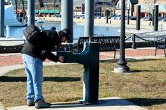 Boire de la fontaine d'eau en parc Images libres de droits