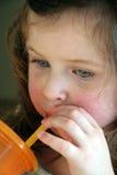 Boire de petite fille Image libre de droits
