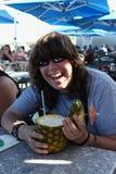 Boire heureux de l'ananas frais Photos libres de droits