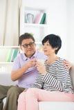 Boire mûr asiatique du sud-est de couples Photo stock
