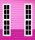 Bois blanc de longue fenêtre dans le mur rose Photo libre de droits