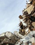 Bois, blocaille concrète et horizon tordu en métal sur une démolition s Images libres de droits