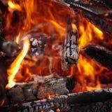 Bois brûlant à l'arrière-plan d'incendie Photo libre de droits