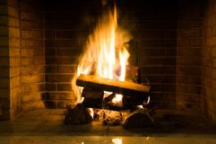 Bois brûlant dans la cheminée Photographie stock libre de droits