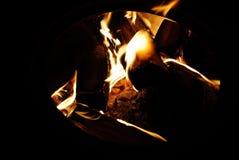 Bois brûlant dans le four, une flamme Photos stock