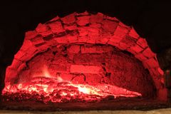 Bois brûlant dans le four à sole Images stock