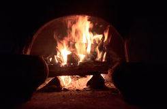 Bois brûlant dans le four Images libres de droits