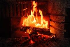 Bois brûlant en cheminée de brique Image stock