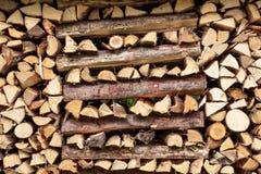 Bois coupé dans une pile pour la chauffage Photo libre de droits