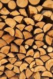 Bois coupé empilé pour l'hiver ou construction comme fond Photographie stock