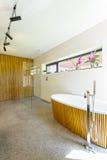 Bois décoratif dans la salle de bains image stock