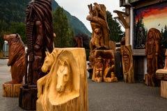 Bois découpant des statues Photos stock