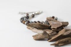 Bois d'agar, puces d'encens avec le chapelet images stock
