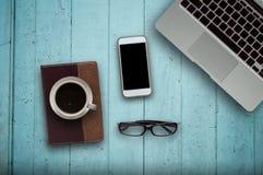 Bois de bureau avec le concept de tasse d'ordinateur, de carnet, de téléphone et de café à l'arrière-plan en bois Copiez l'espace Image stock