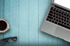 Bois de bureau avec le concept de tasse d'ordinateur, de carnet, de téléphone et de café à l'arrière-plan en bois Copiez l'espace Images stock