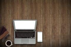 Bois de bureau avec le concept de tasse d'ordinateur, de carnet, de téléphone et de café à l'arrière-plan en bois Copiez l'espace Photo stock