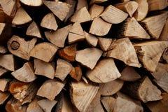 Bois de chauffage ébréché et empilé pour la chauffage image stock