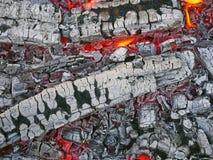 Bois de chauffage avec le charbon de bois de combustion lente d'un rouge ardent photos stock