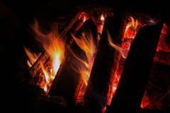 Bois de chauffage brûlant dans la cheminée photo stock