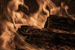 Bois de chauffage brûlant en flammes dans un puits du feu image libre de droits