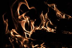 Bois de chauffage brûlant en flammes foncées photo libre de droits