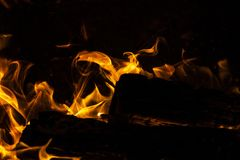 Bois de chauffage brûlant en flammes foncées image libre de droits