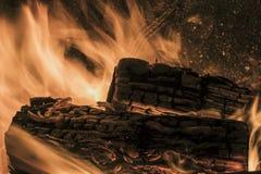 Bois de chauffage brûlant en flammes images stock