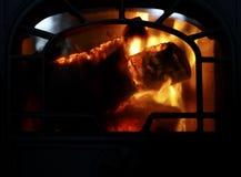Bois de chauffage brûlant en vieux four de fer Fermez-vous avec l'espace de copie pour le texte Photos libres de droits