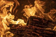 Bois de chauffage brûlant de flammes image libre de droits