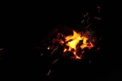 Bois de chauffage brûlant dans la fin de cheminée  Image libre de droits