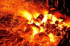 Bois de chauffage brûlant dans la fin de cheminée  Photos libres de droits