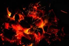 Bois de chauffage brûlant dans la fin de cheminée  Photographie stock