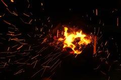 Bois de chauffage brûlant dans la fin de cheminée  Photo stock