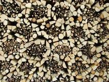 Bois de chauffage correctement stocké pendant l'hiver image stock