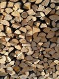 Bois de chauffage coupé empilé dans le tas de bois Images libres de droits