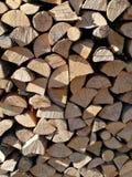 Bois de chauffage coupé empilé dans le tas de bois Photo stock
