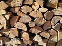 Bois de chauffage coupé empilé dans le tas de bois Images stock