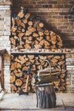 Bois de chauffage coupé empilé sur le porche Prochain bois de pile de tronçon de hache Photos stock