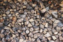Bois de chauffage coupé par bois empilé sur la pile Tas de bois d'arbre coupé Image libre de droits