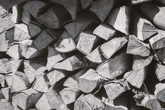 Bois de chauffage coupé sur une pile Images libres de droits