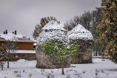 Bois de chauffage couvert par neige empilé dans un dôme photographie stock