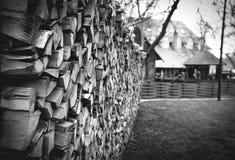 Bois de chauffage dans la cour, bois de chauffage d'une manière ordonnée empilé images stock