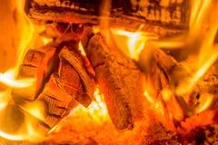 Bois de chauffage dans le four avec des braises comme fond romantique images libres de droits